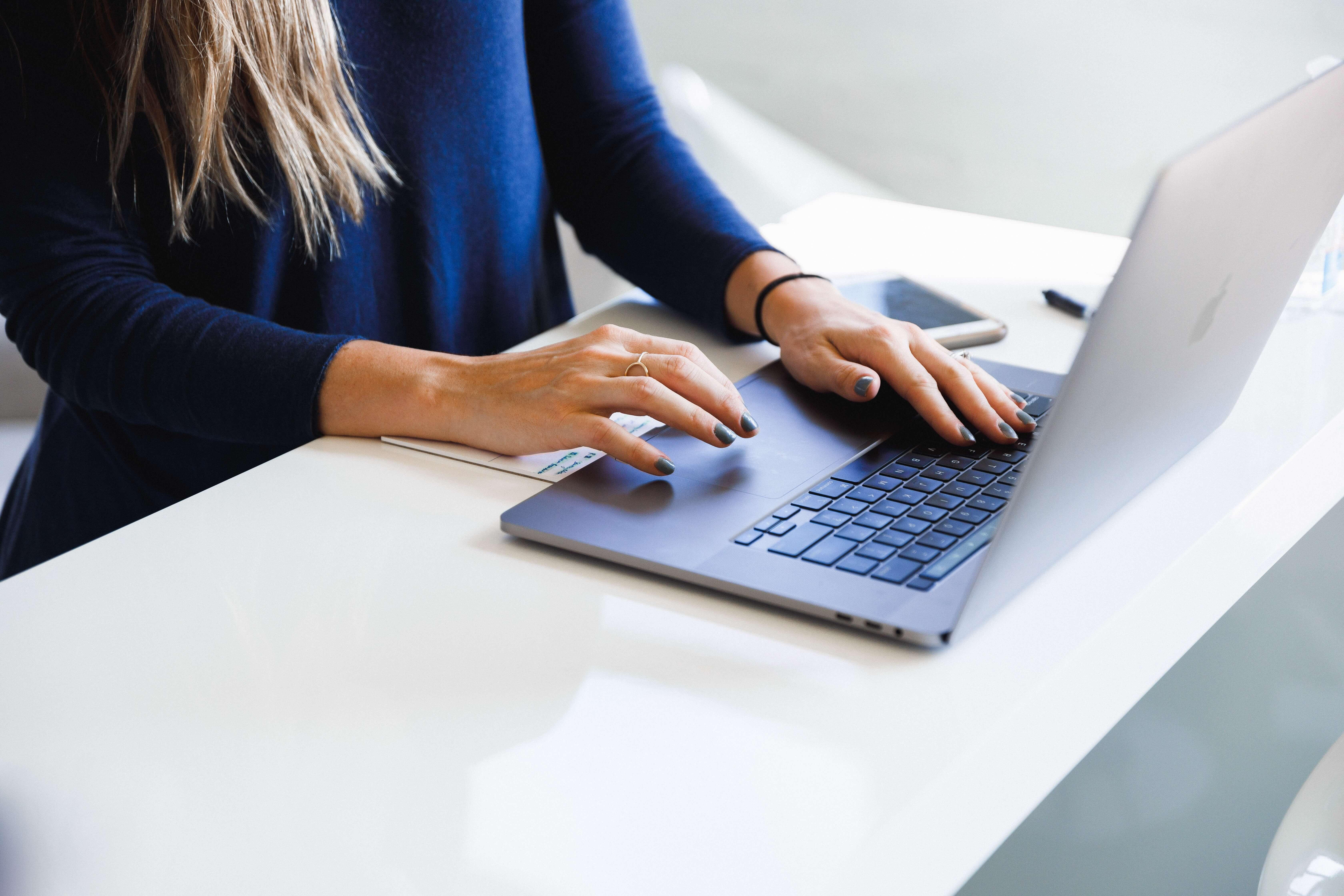 Mulher ao computador a escrever para vender